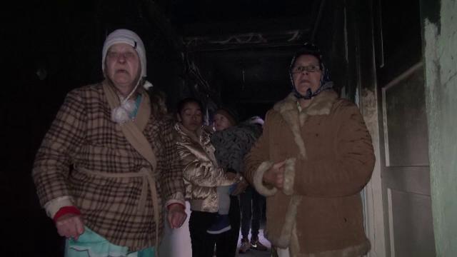 """Zeci de persoane din Bacău stau într-un bloc fără geamuri sau căldură. """"Pericol să explodeze țevile"""""""