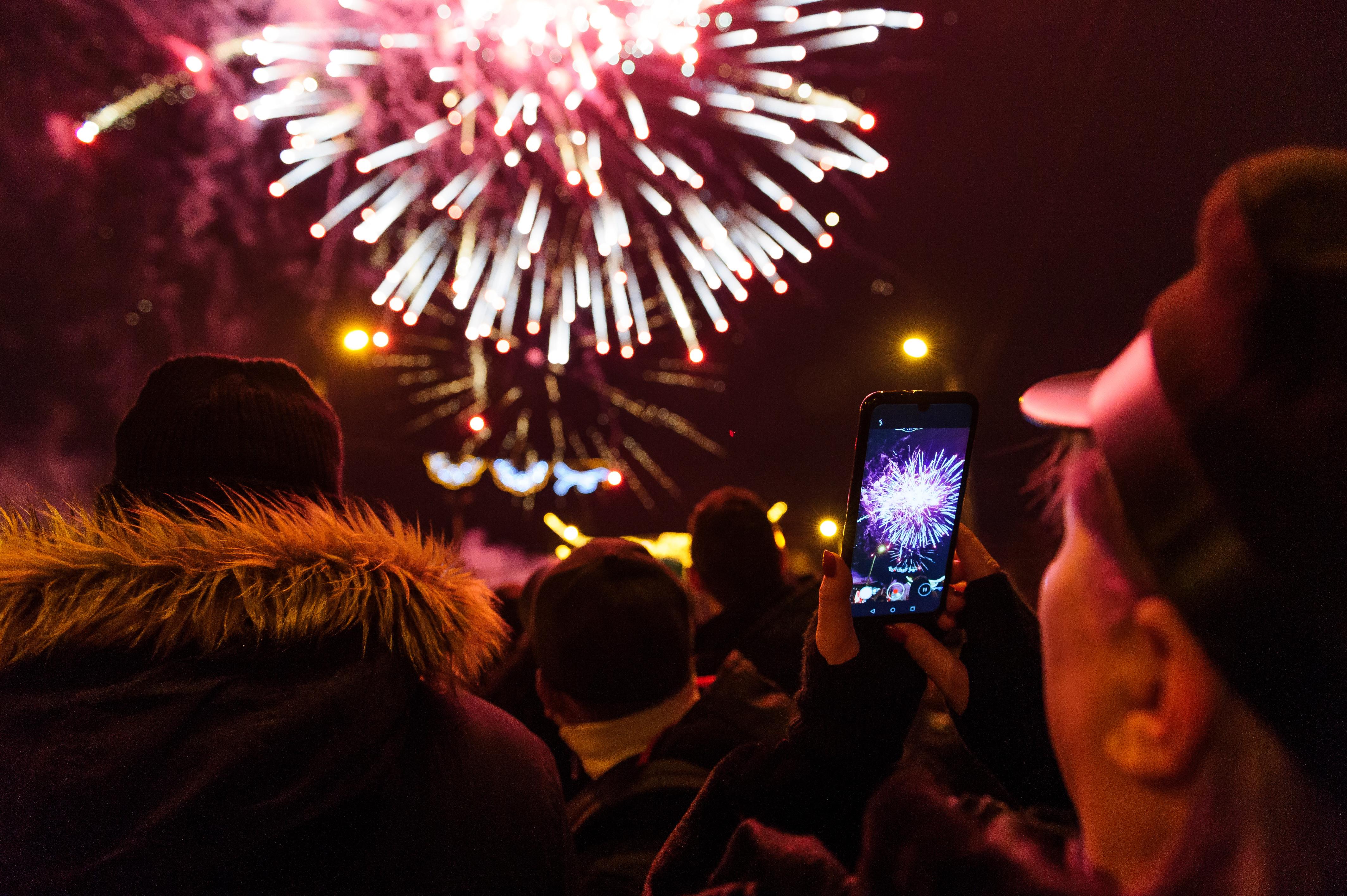 Cum au petrecut de Revelion românii sătui de stat în casă