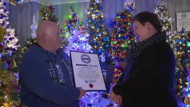 Un bărbat din Germania a împodobit 420 de brazi de Crăciun în apartament. A atins un record mondial