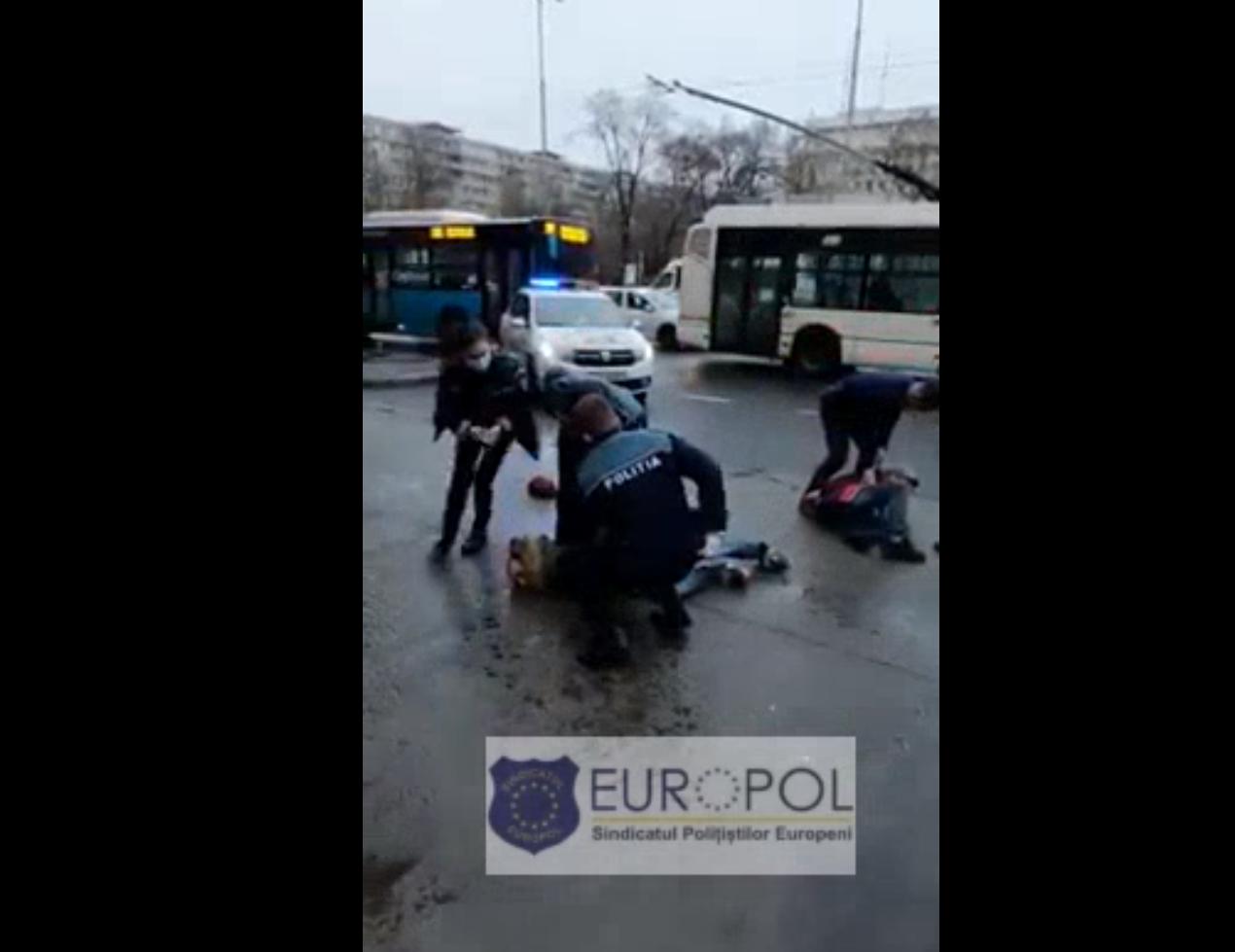 Video. Trei persoane care consumau alcool și nu purtau mască, luate pe sus de polițiști în Gara de Nord din Capitală