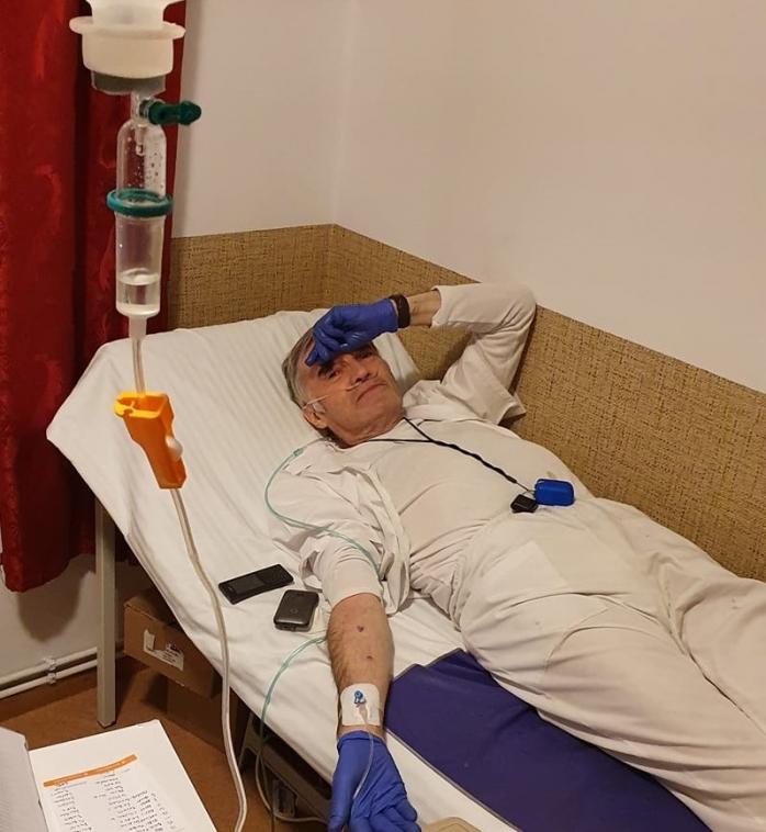 Singurul medic care îngrijea zeci de bolnavi COVID la un azil din Cluj, dus la spital în stare gravă