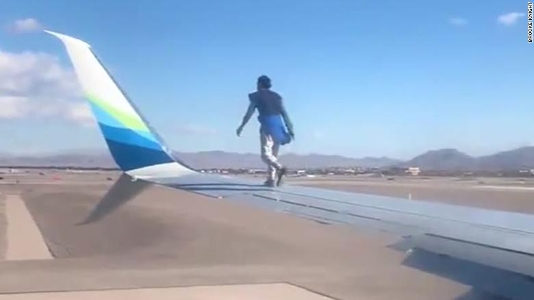 Un bărbat s-a urcat pe aripa unui avion care se pregătea să decoleze din Las Vegas