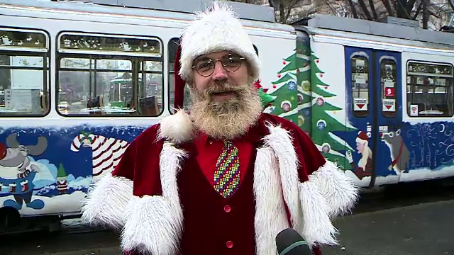 Moș Crăciun a plecat cu tramvaiul să le asculte dorințele copiilor din Iași