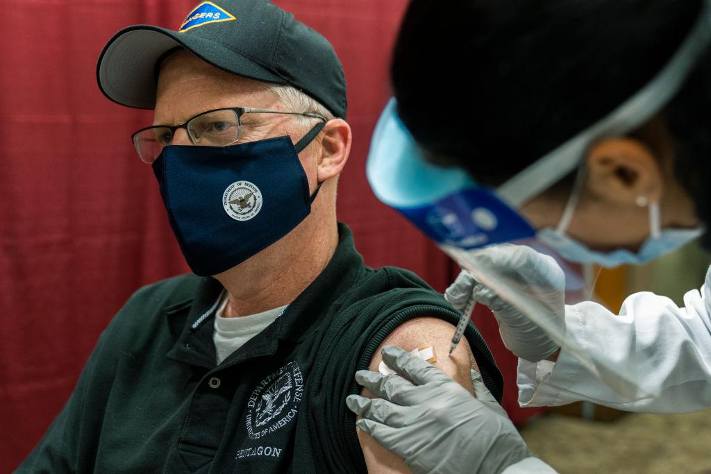 Şeful Pentagonului, printre primii americani care au primit vaccinul anti-COVID-19