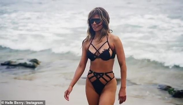 Halle Berry, într-o formă fizică de invidiat la 54 de ani. Actrița s-a filmat în costum de baie