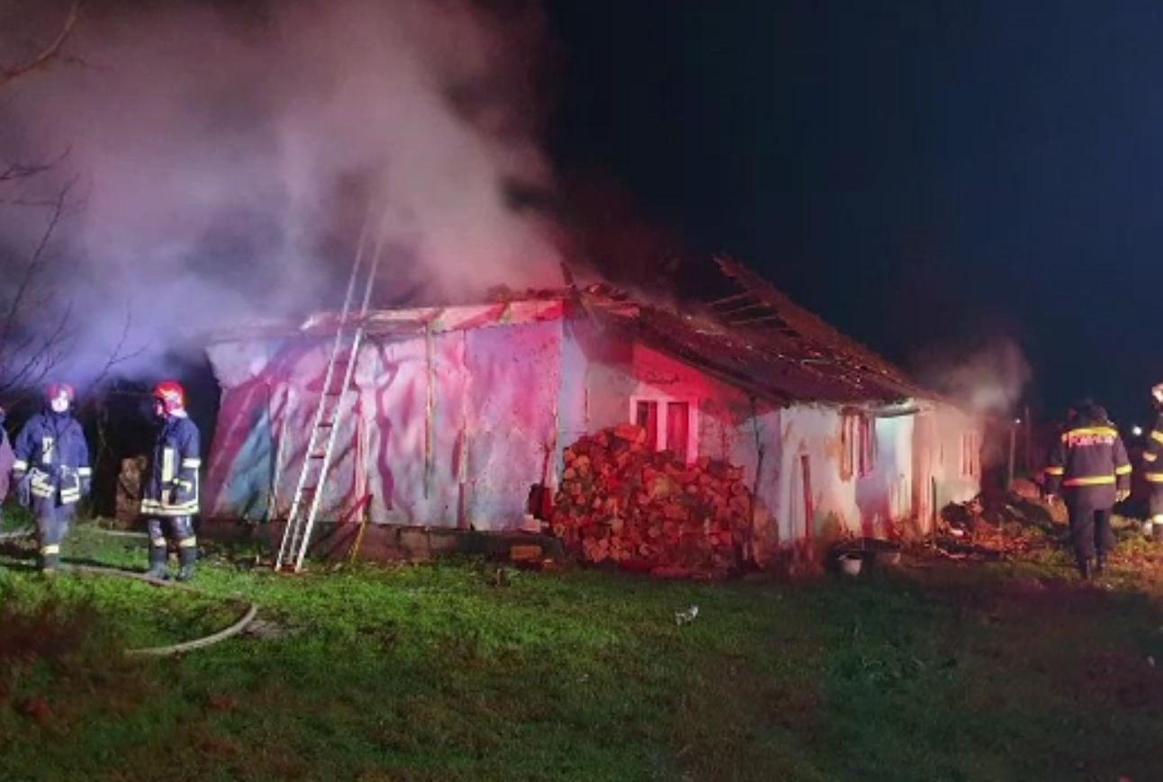 Femeie din Vaslui, salvată în ultima clipă din incendiul care i-a distrus casa