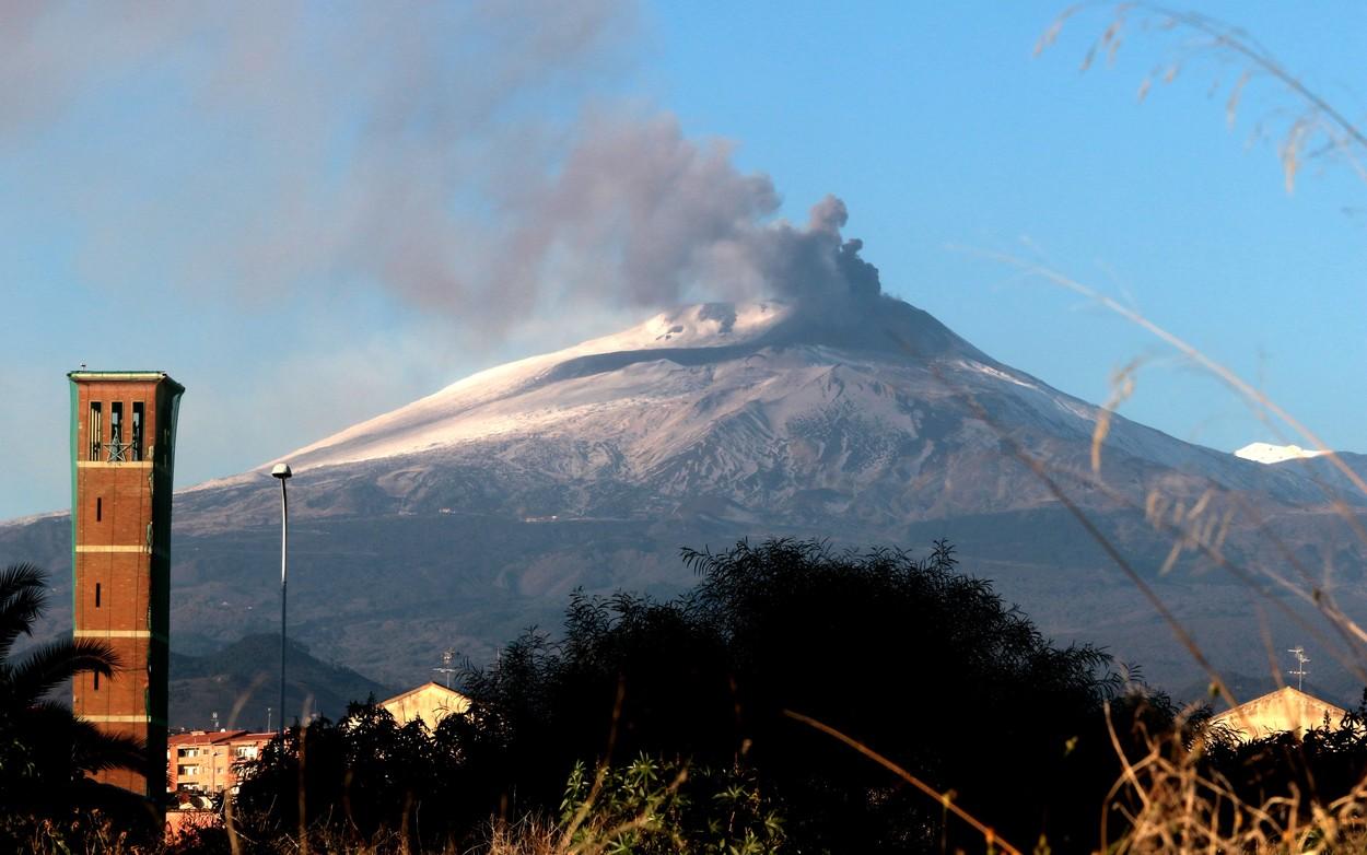 VIDEO. Vulcanul Etna a erupt lavă şi cenuşă peste Sicilia. Aeroportul din Catania, închis temporar