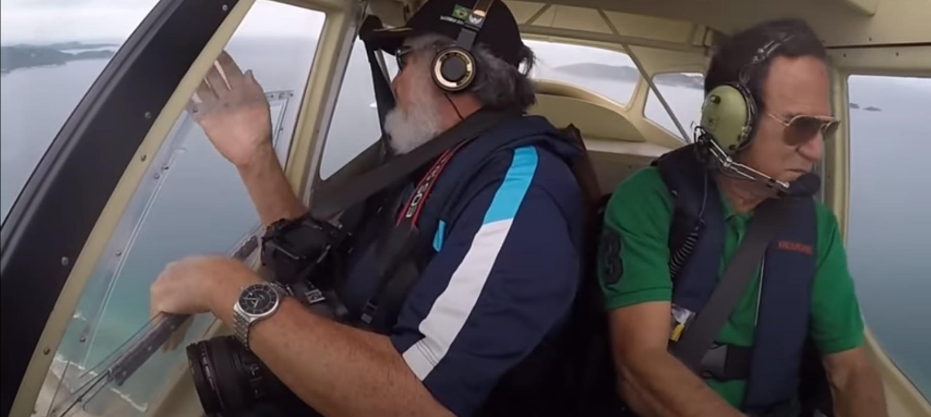 Un bărbat și-a scăpat telefonul dintr-un avion, iar aparatul a filmat tot. VIDEO