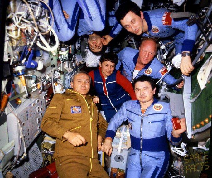 Poveștile foștilor cosmonauți ruși. În anii '90 au făcut contrabandă cu băutură pe stația spațială Mir