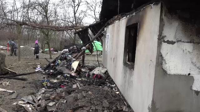 """Două familii cu 5 copii din Botoșani au rămas fără casă de sărbători. """"Ce flăcări mari erau!"""""""