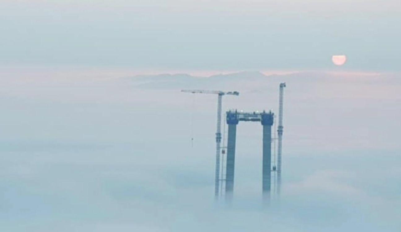Imagini impresionante pe șantierul podului de la Brăila. Turnurile uriașe se înalță cu 2 metri pe zi