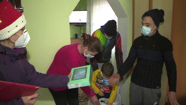 Fericire de nedescris pentru sute de copii sărmani. Doi tineri din Cluj le-au adus daruri de Crăciun
