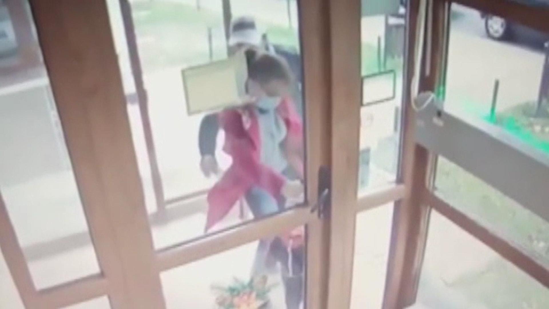 Video. Momentul în care o femeie din Roman este jefuită în scara blocului