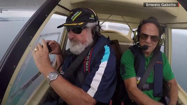 VIDEO. Momentul în care un bărbat își scapă telefonul din avion. Căzătura, surprinsă pe camera foto