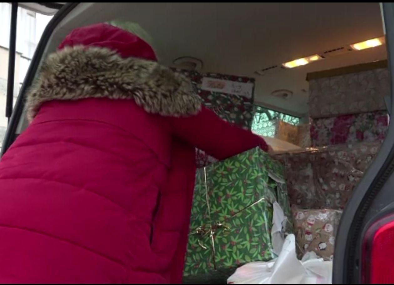 """Voluntarii care aduc un strop de bucurie de Crăciun. """"Dragoste desculță"""" aduce pachete în cel mai sărac oraş al României"""