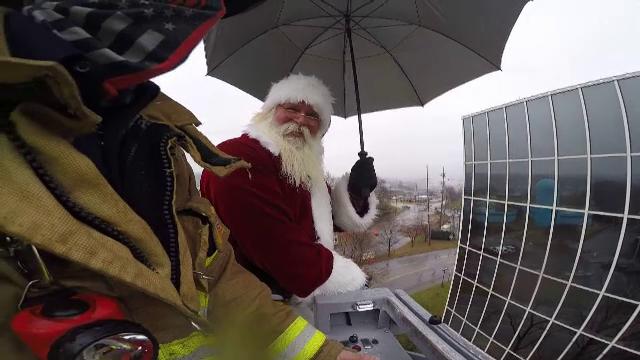 Restricțiile nu l-au împiedicat pe Moș Crăciun să ajungă la un spital de copii. Modul inedit prin care a comunicat cu ei