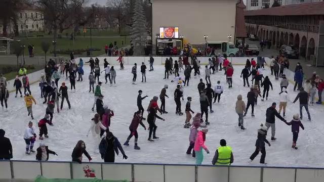 """Locuitorii din Târgu Mureș au luat cu asalt patinoarul în aer liber. """"Mă bucur că pot să fiu aici"""""""