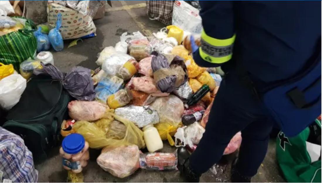 Peste o tonă de mâncare și băutură primite de acasă de români pentru sărbători, distruse de poliția din Franța