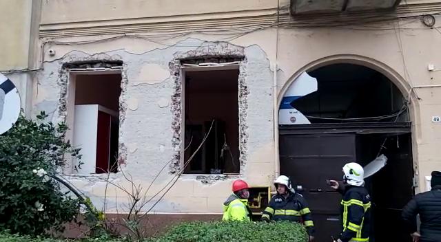 Explozie într-o locuinţă din centrul Aradului. O persoană rănită și două maşini avariate. VIDEO