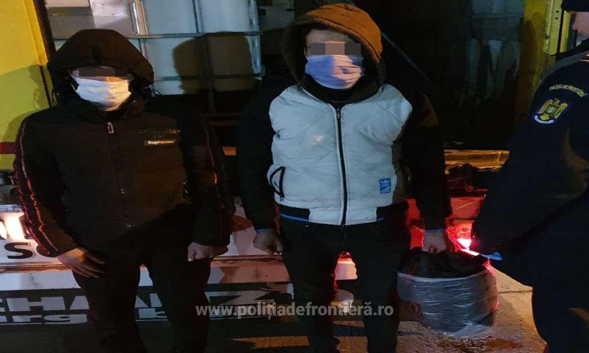 Doi sirieni, descoperiți ascunși într-un autocamion încărcat cu adeziv la vama Giurgiu. FOTO