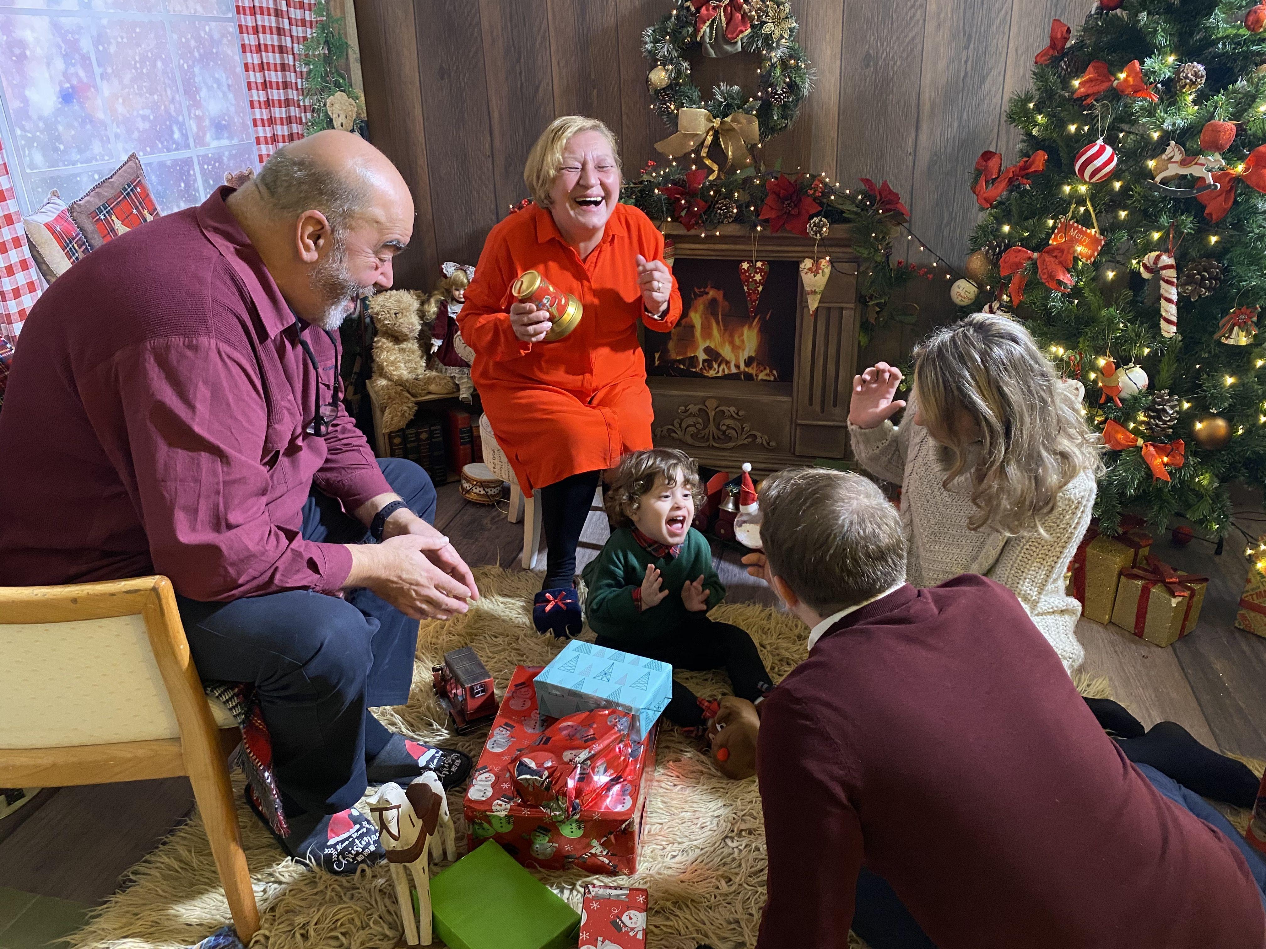 (P) Părinți aduși acasă, de Crăciun, prin intermediul unei holograme