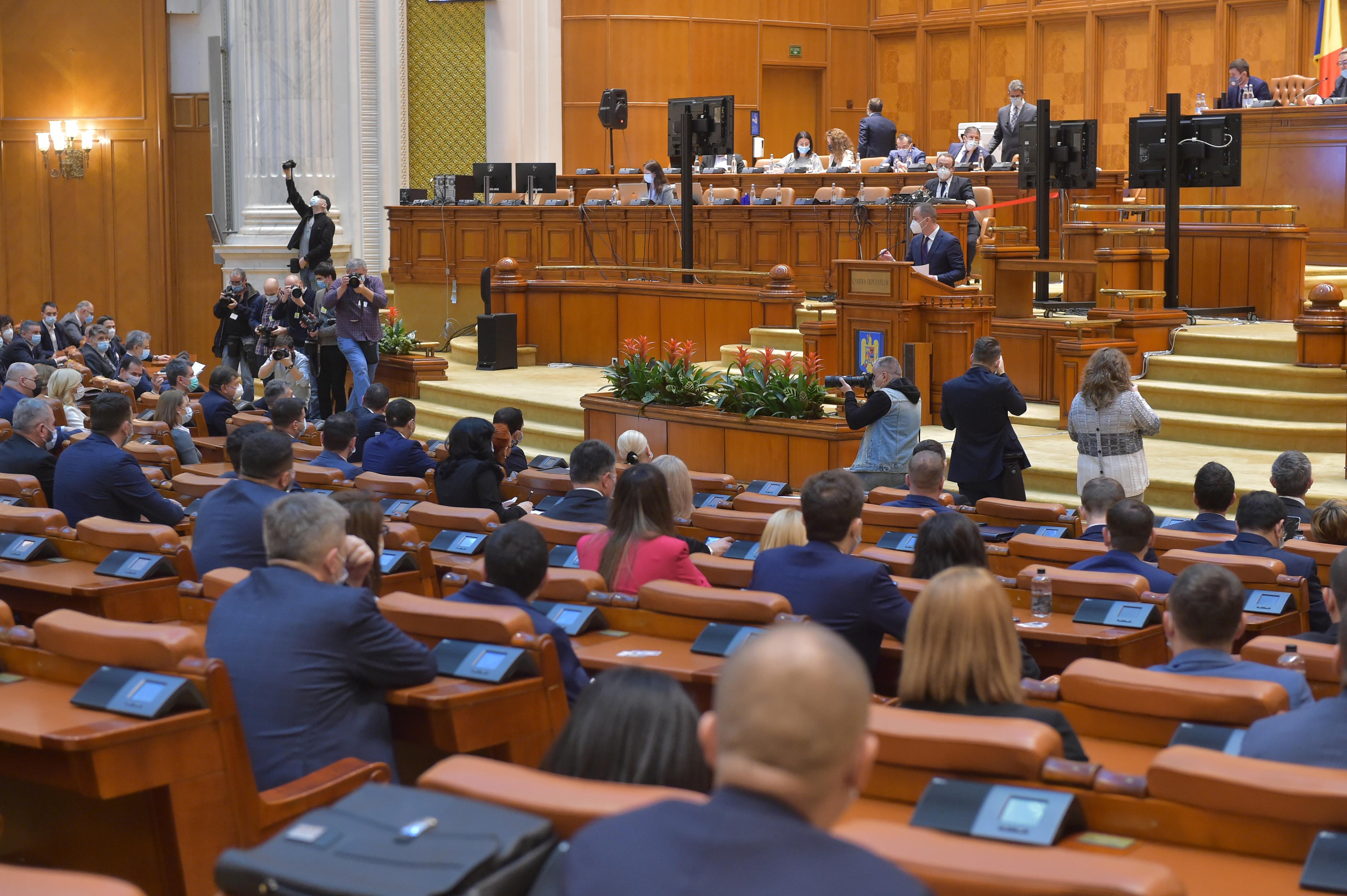 Regulile anti-Covid, încălcate de unii parlamentari. Nu au purtat mască și au mâncat la restaurant