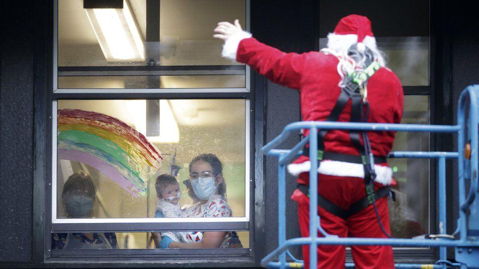 Modul inedit prin care Moș Crăciun a fost în vizită la un spital de copii