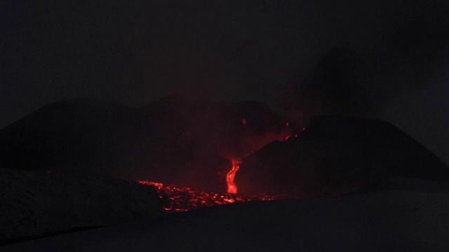 Etna a erupt din nou. Exploziile au aruncat în aer bucăți uriașe de stâncă
