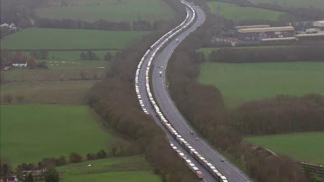 Situație disperată în Europa. Mii de șoferi au rămas blocați în Marea Britanie, din cauza noii tulpini de coronavirus