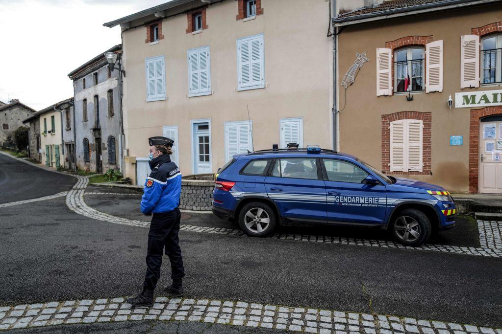Jandarmi împuşcaţi mortal în Franţa. Atacatorul a fost găsit mort