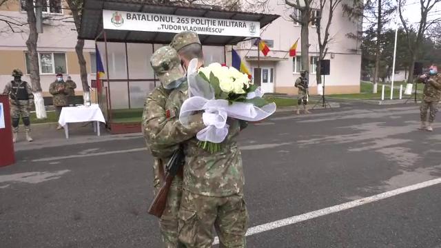 O tânără, cadru militar, cerută în căsătorie la finalul ceremoniei de depunere a jurământului de credinţă