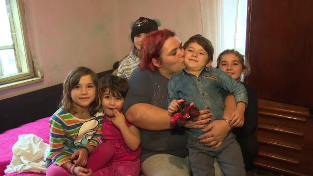 Câțiva voluntari din județul Dâmbovița aduc zâmbete pe chipurile celor necăjiți. Vor să contruiască o casă pentru o familie