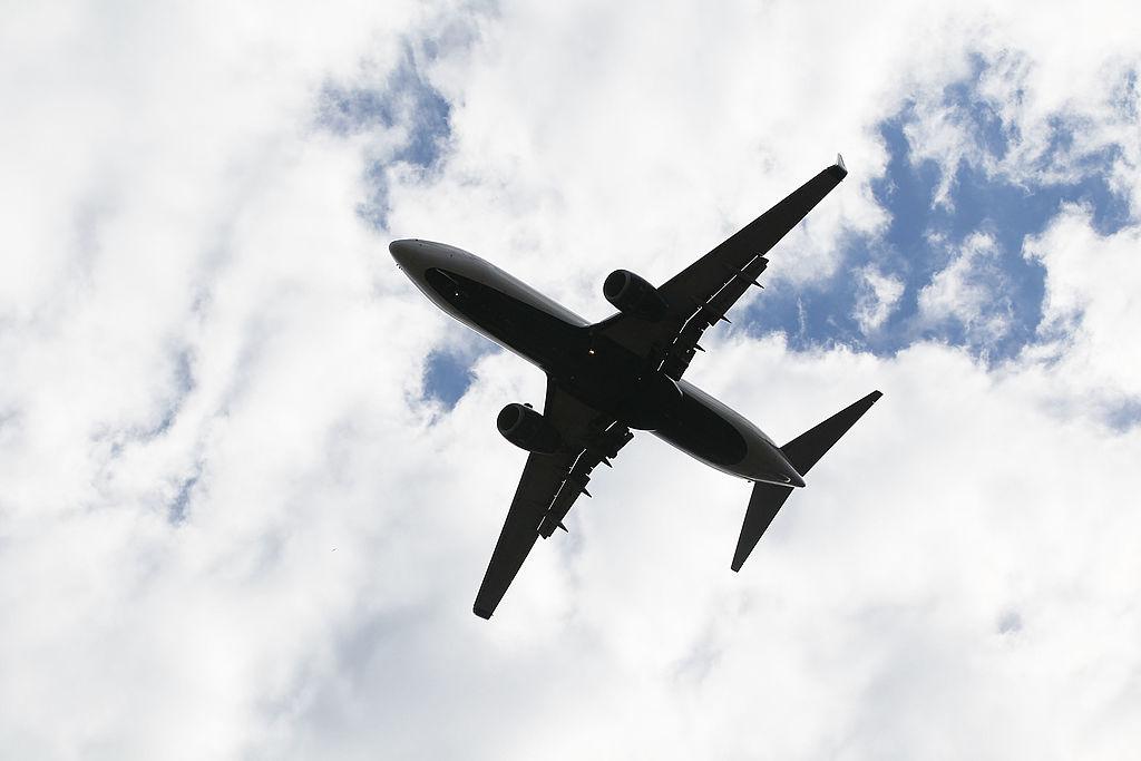 """Un pilot """"a desenat"""" o seringă pe cer în timpul zborului. Care este motivul pentru care a recurs la acest gest. FOTO"""