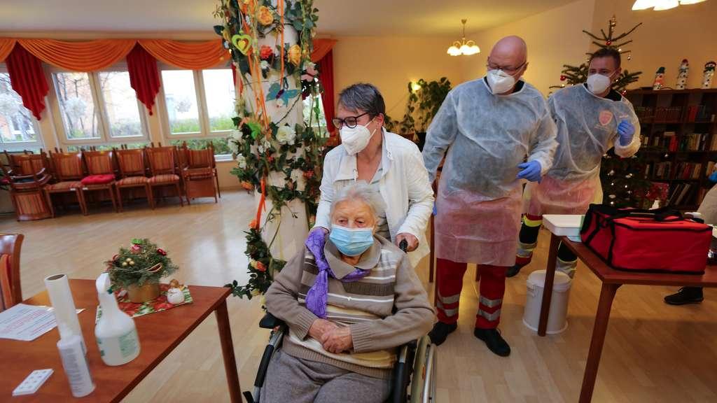 O femeie în vârstă de 101 ani, prima persoana din Germania vaccinată anti-COVID