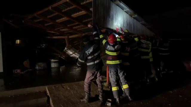 Acoperișuri avariate de rafalele de vânt, la Oradea