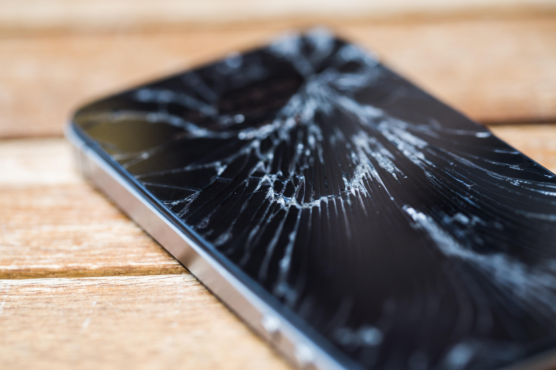 Telefonul care se repară singur. Cercetătorii au descoperit cum ne putem salva smartphone-ul