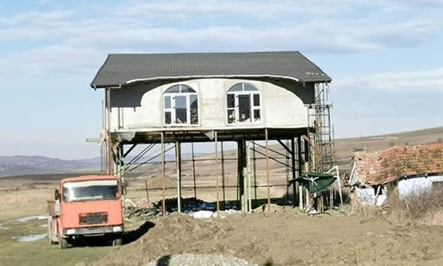 """Casa suspendată, noua """"minune"""" arhitecturală din Vaslui"""