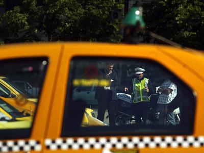 Un taximetrist din Resita a fost talharit de doi clienti pe care ii luase la o cursa