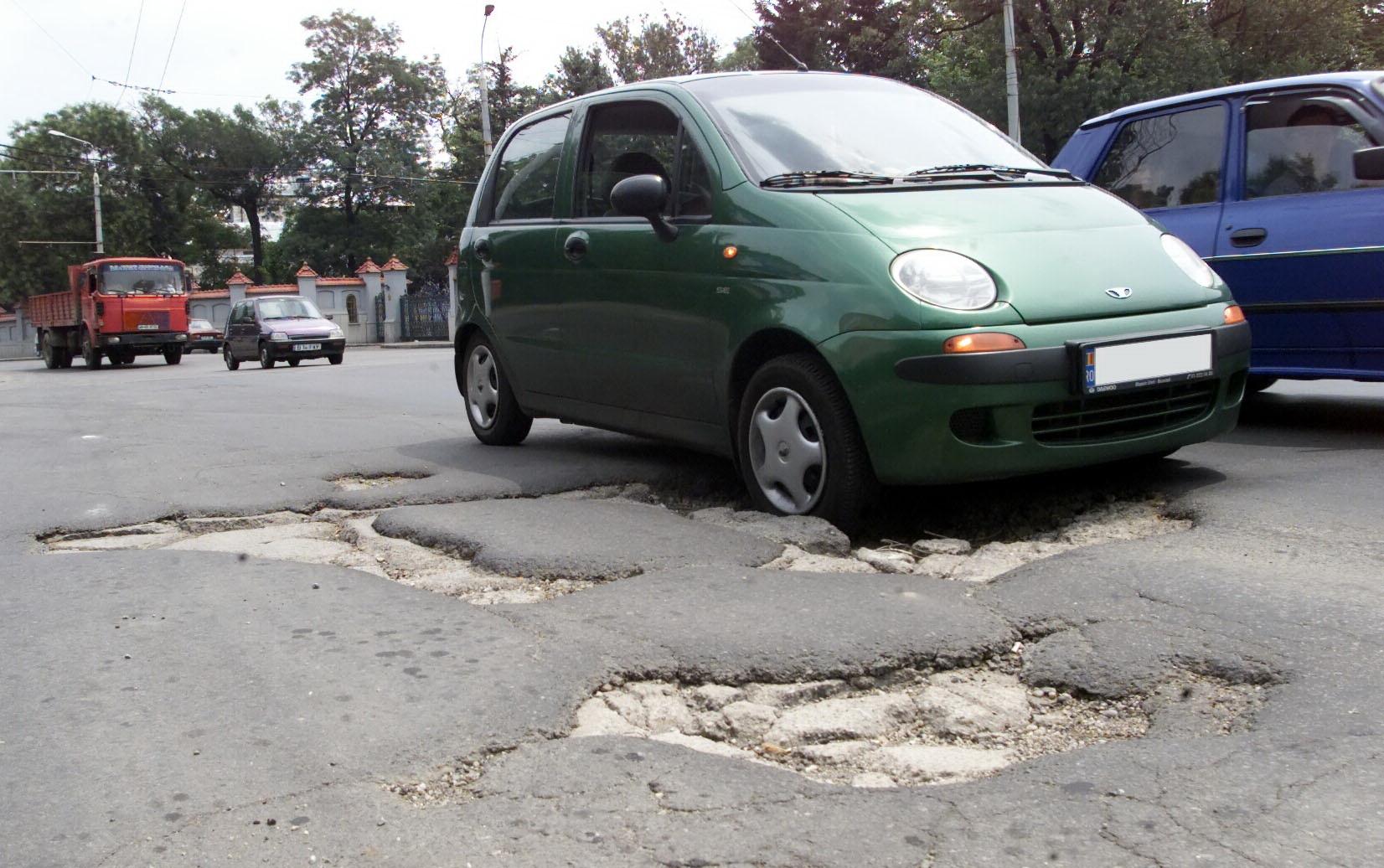 Pumni si injuraturi, din cauza unui drum nou asfaltat, dar plin de gropi!