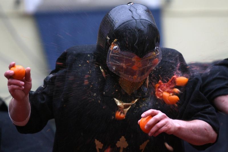 Bataie cu portocale. 500 de tone de citrice au servit ca munitie