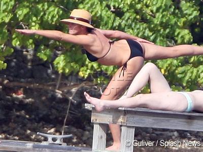 Cameron Diaz, sexy la yoga pe plaja