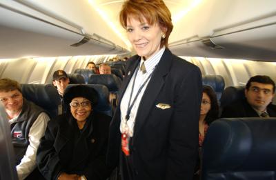 Vrei sa fii stewardesa? Afla cati bani poti castiga