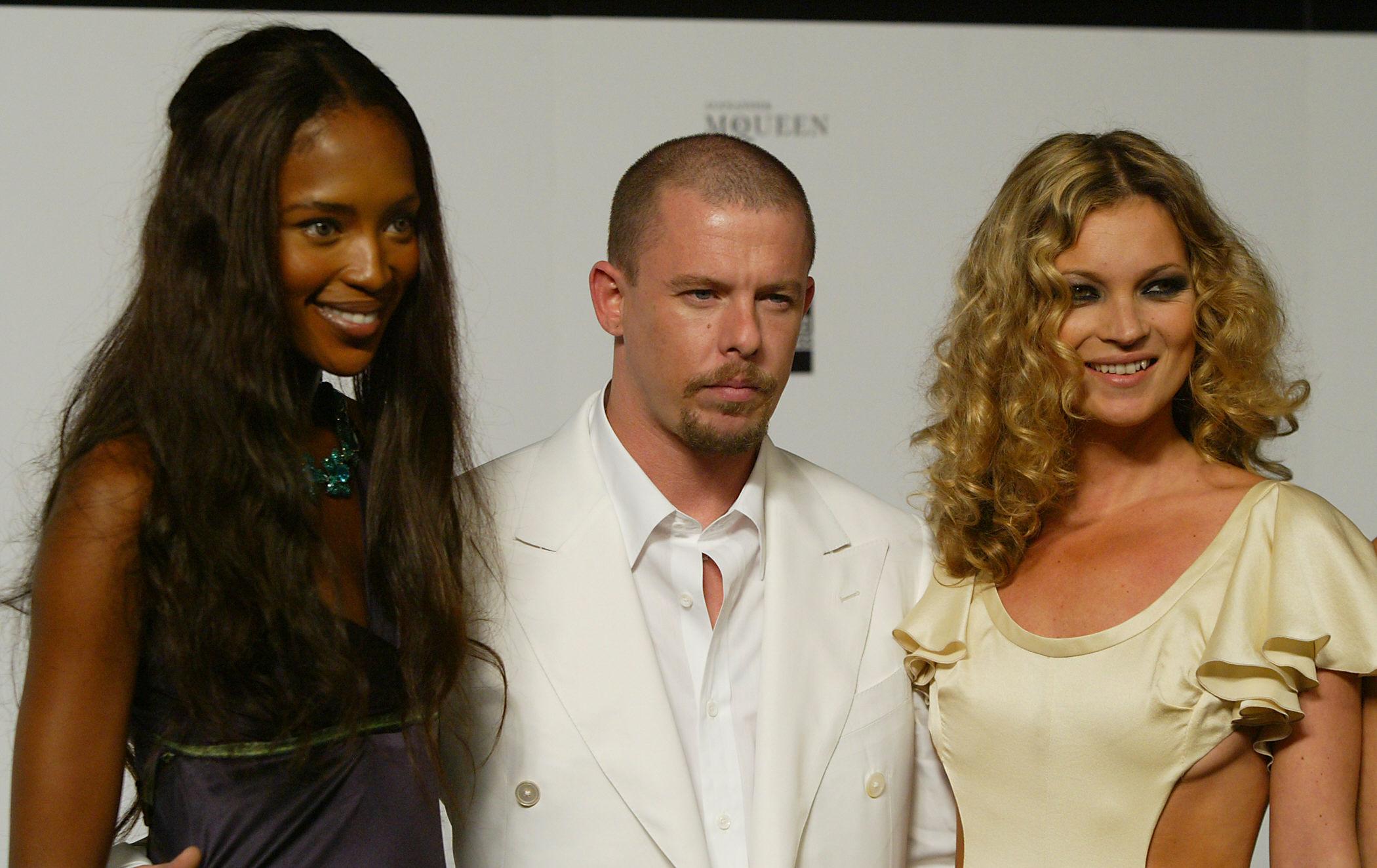Stilistul britanic Alexander McQueen,omagiat de Kate Moss si Naomi Campbell