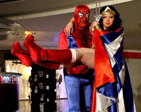 Spiderman-Lis a luat cu asalt un centru comercial. Wonderwoman a fost cu el