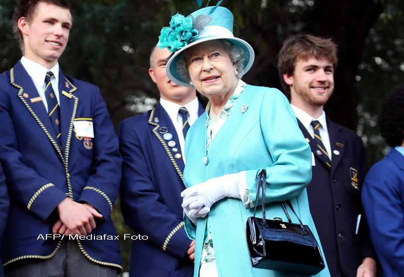 Cea mai mare curiozitate a englezilor a fost satisfacuta. Ce are regina in poseta