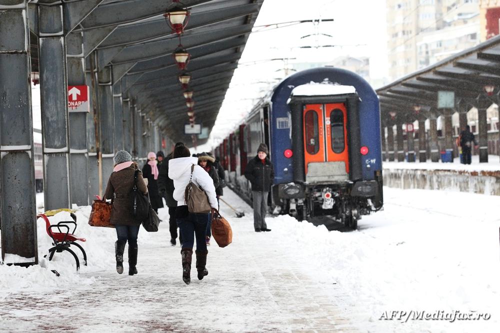 Aproape 20 de trenuri, anulate din cauza conditiilor meteo. Viscolul a provocat accidente pe mai multe drumuri nationale