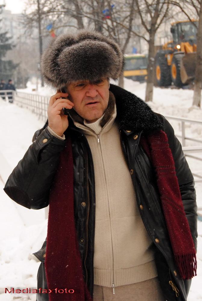 Cu sosete de lana si caciula de blana, Gigi Becali a mers sa-i deszapezeasca pe oamenii din Vrancea