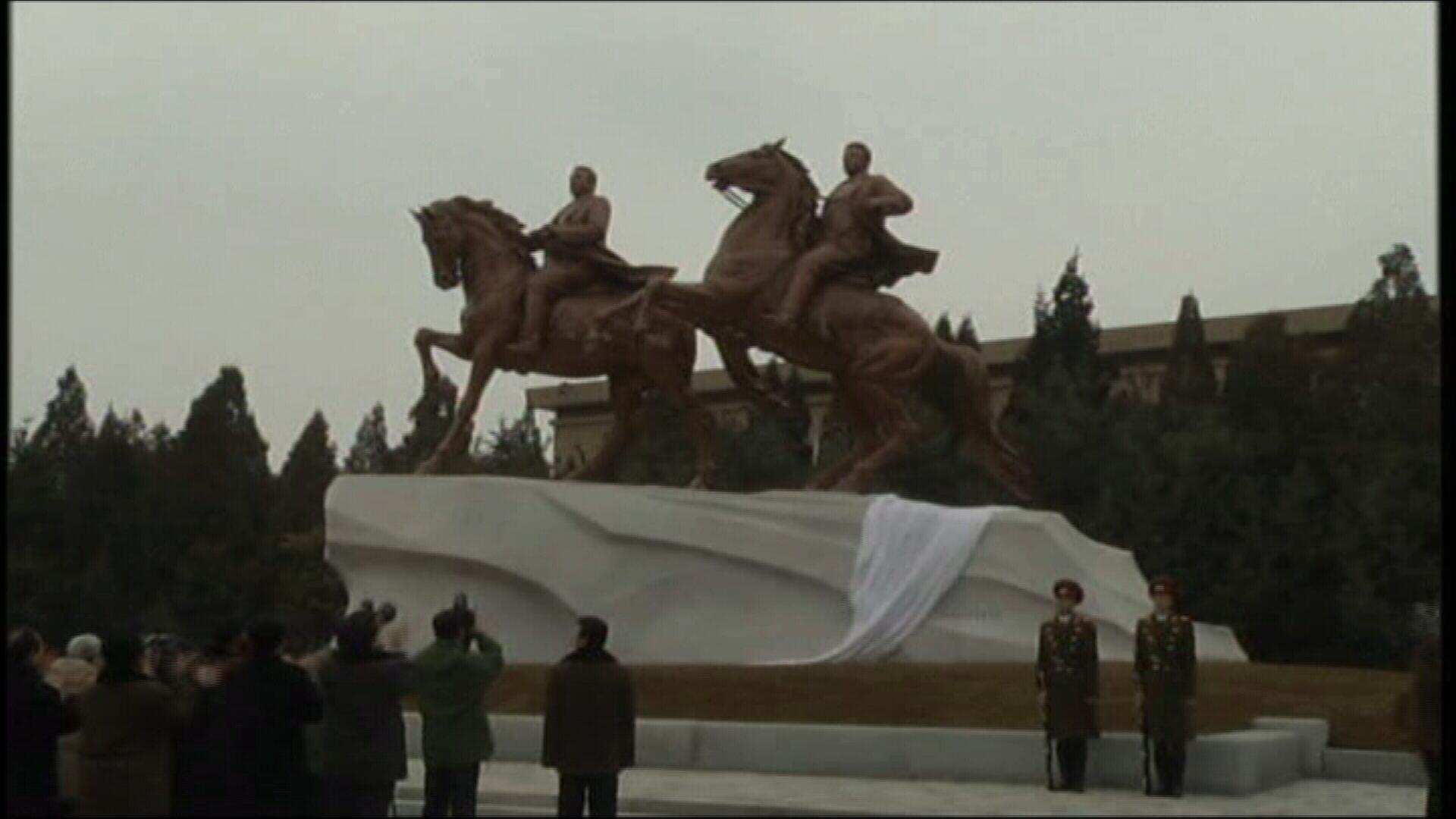 Nord-coreenii nu vor mai fi obligati sa planga pe scari. Statuie-monument pentru Kim Jong-il