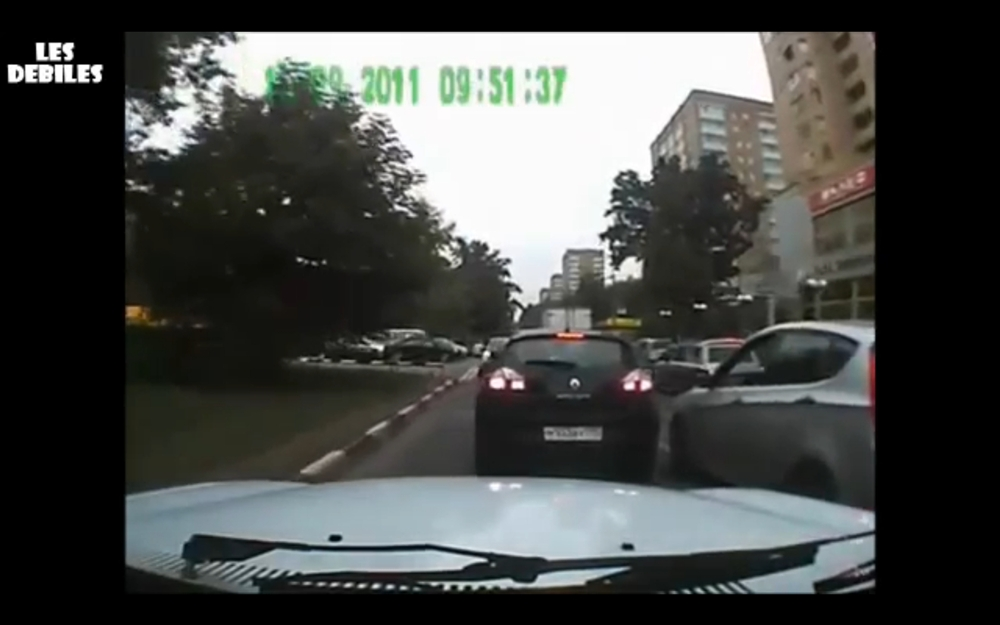 VIDEO. Razbunarea unui biciclist, dupa ce soferul unei masini l-a sicanat in trafic