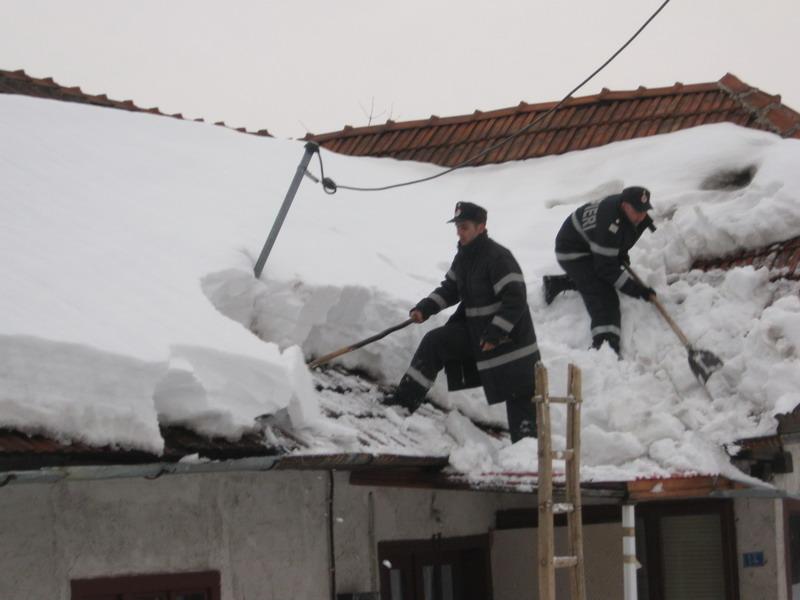 Dupa 9 zile de izolare, oamenii din doua sate hunedorene au fost ajutati de pompieri si paramedici